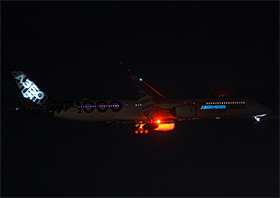 "Airbus A350-1041 - Prototype - F-WLXV - ""A350-1000"" logo with electroluminescence - (Photo : P.F.)"